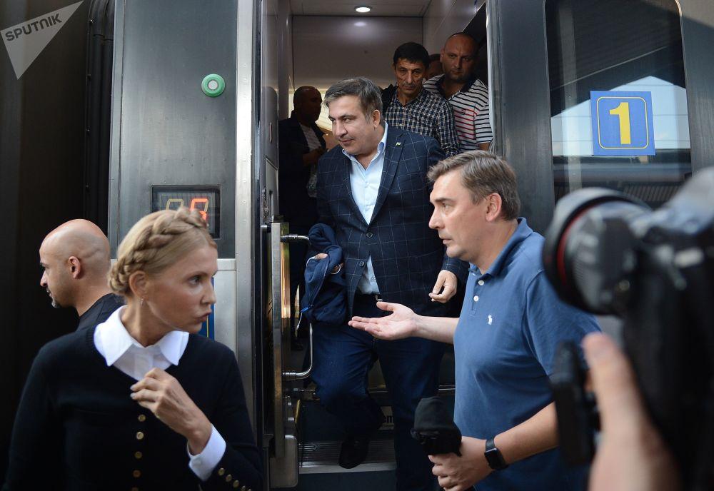 Ex presidente georgiano ed ex governatore della regione di Odessa Mikhail Saakashvili scende dal treno a Przemyśl, Polonia.