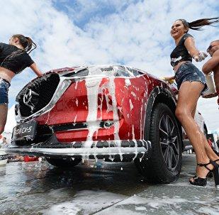 Donne e motori: il salone internazionale dell'auto di Vladivostok