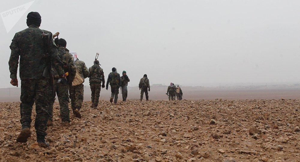 Ribelli delle Forze Democratiche Siriane in marcia verso Deir ez-Zor