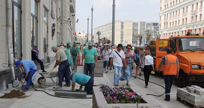 I lavori di rifacimento della centralissima via Tverskaya a Mosca
