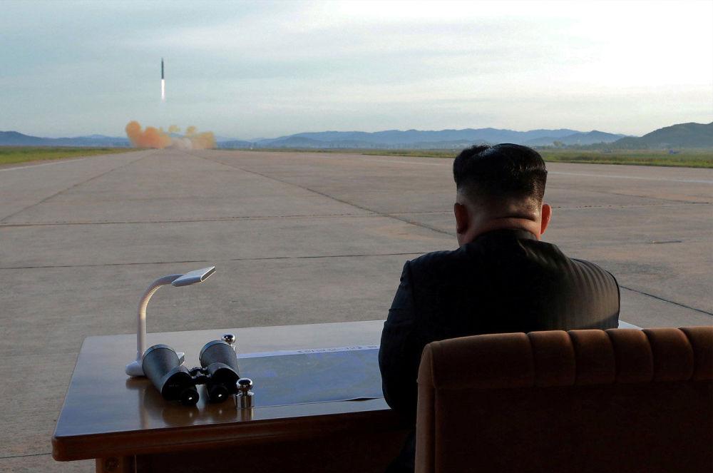 Il leader nordcoreano Kim Jong Un osserva il lancio del missile Hwasong-12.