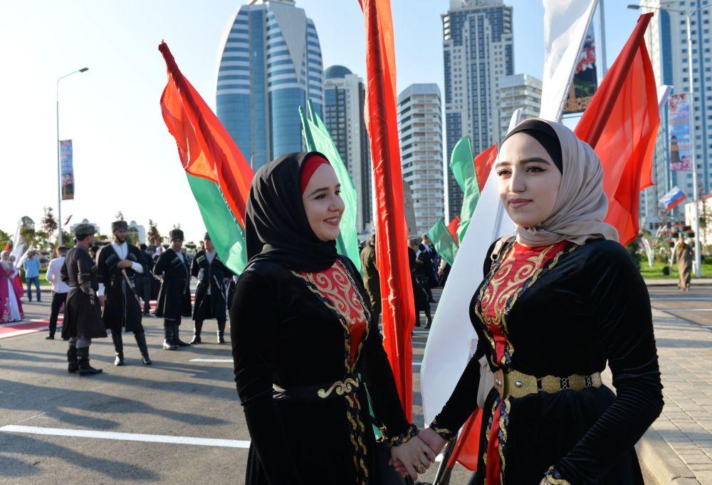 All'apertura del parco dei fiori vicino al complesso Grozny City a Grozny, Russia, per la giornata della donna cecena.