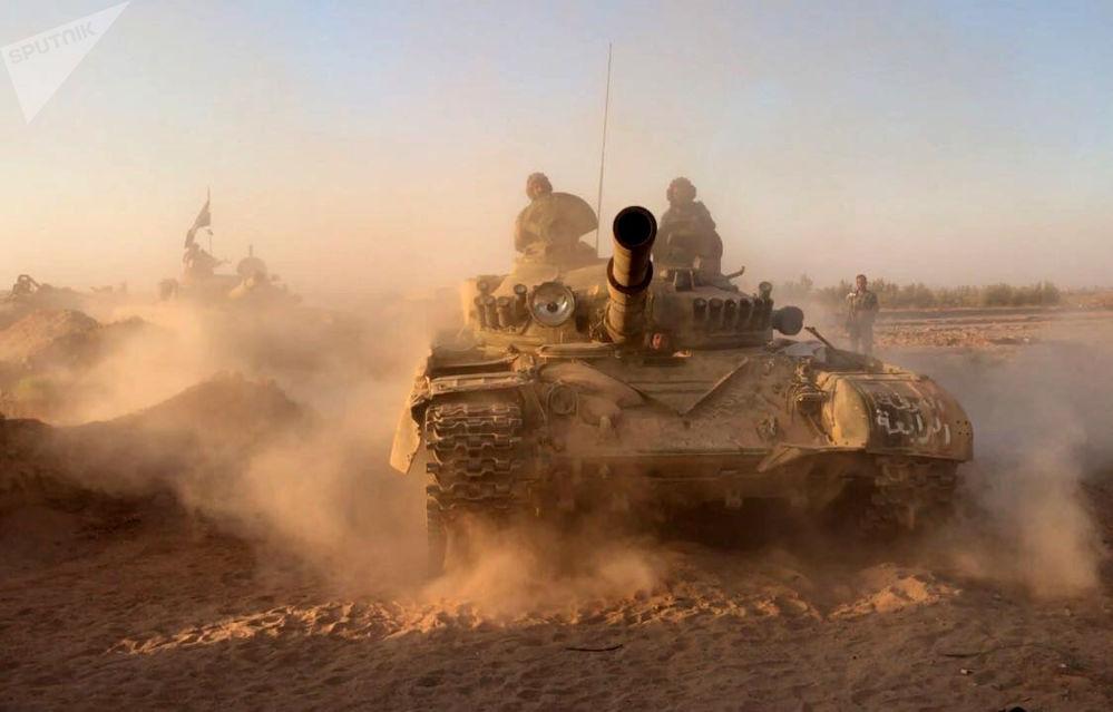 I carri armati dell'esercito siriano nei pressi di Deir-ez-Zor.