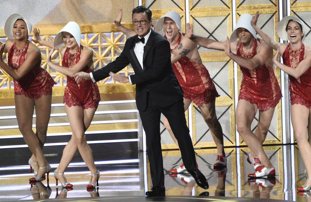 Il conduttore del premio Emmy Stephen Colbert.