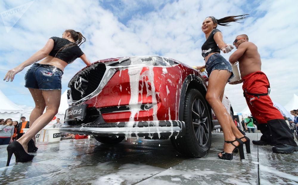 Modelle al salone delle auto Vladivostok International Autosalon in Russia.