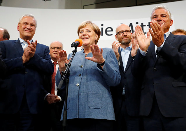 Il leader del partito CDU e la cancelliera Angela Merkel dopo la vittoria alle elezioni tedesche.