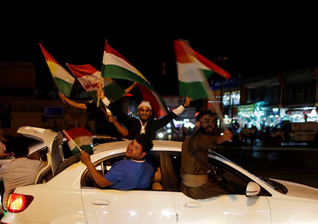 Curdi mostrano il loro appoggio al referendum per l'indipendenza a Erbil, Iraq.