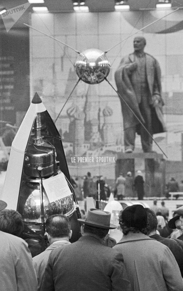È un modello del primo satellite artificiale sovietico.