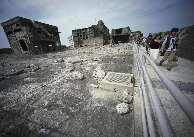 Giappone, i turisti visitano l'isola di Hashima.