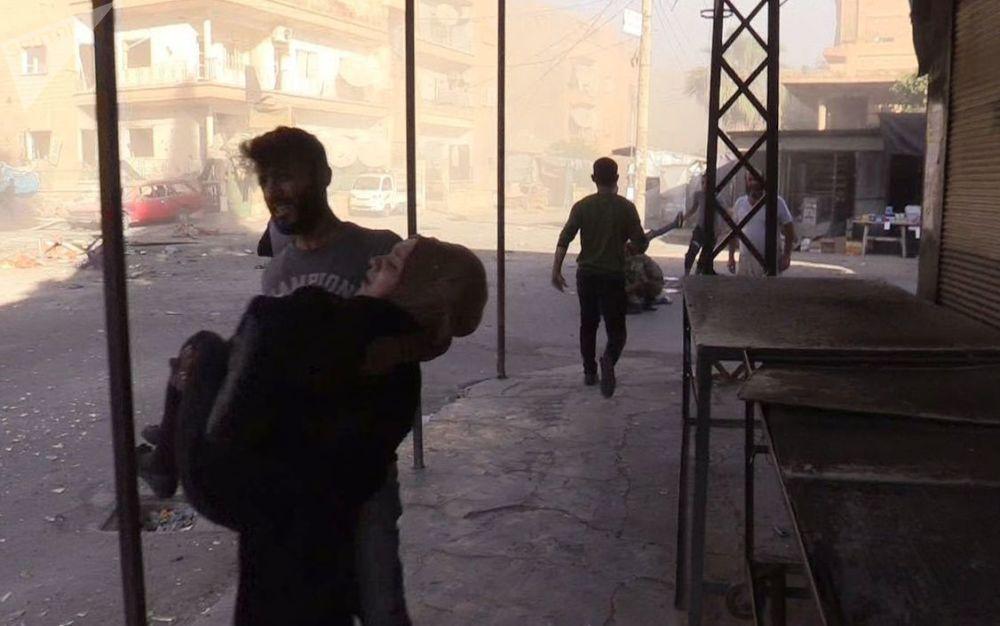 L'evacuazione dei feriti nel quartiere Al Qusur a Deir-ez-Zor che ha subito i bombardamenti.
