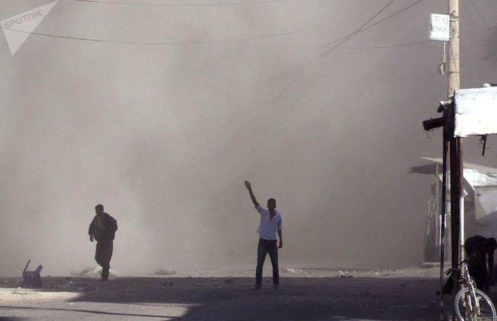 Gli abitanti del quartiere Al Qusur a Deir-ez-Zor dopo i bombardamenti.