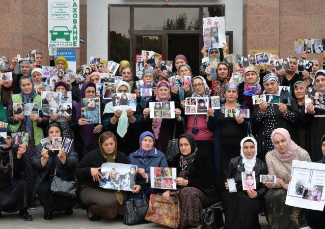 Donne cecene e di altri regioni russe in cerca di nipoti e figli scomparsi