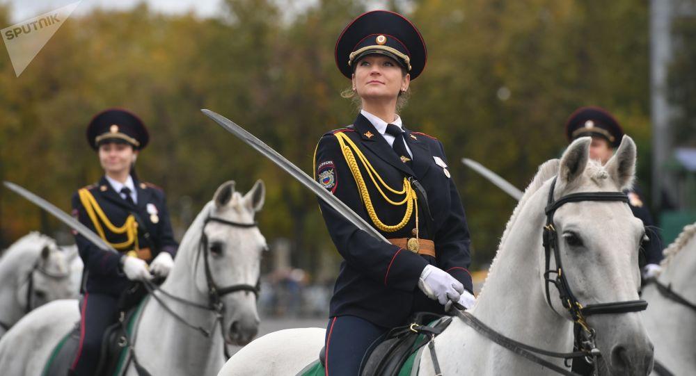 Donne poliziotto a cavallo durante una parata a Mosca