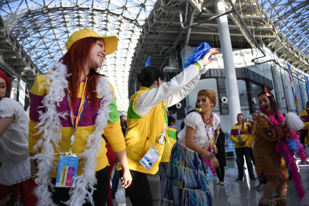 Partecipanti al XIX Festival della Gioventù e degli Studenti a Sochi.