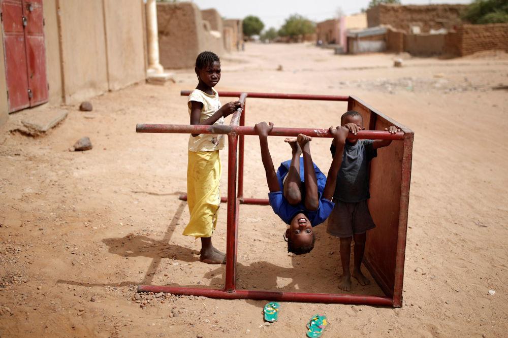Bambini giocano in una via di Gao, Mali.