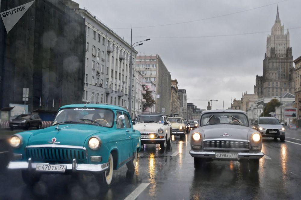Le auto GAZ-21 Volga durante una corsa nelle vie di Mosca.