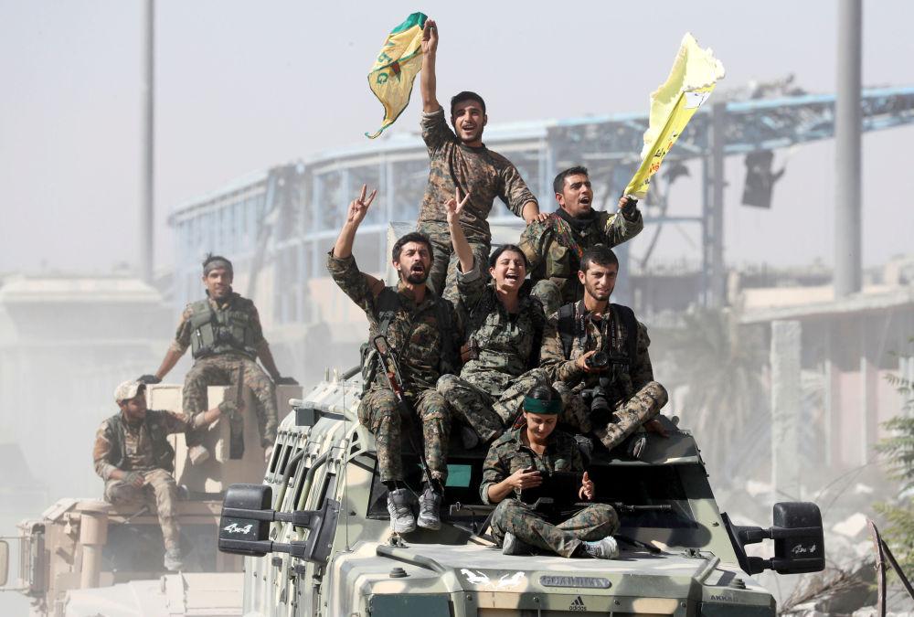 Militanti delle Forze democratiche siriane festeggiano la vittoria sulla DAESH a Raqqa, Siria.