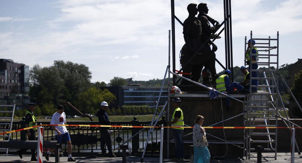 Smantellamento di un monumento sovietico in Lituania
