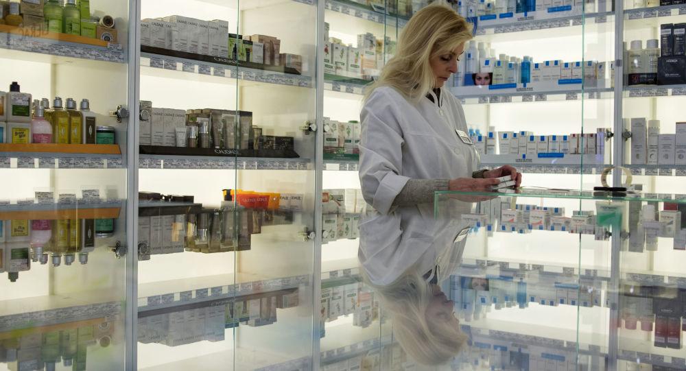 Una collaboratrice di una farmacia a Mosca.