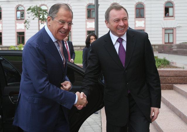 Il ministro degli Esteri Sergei Lavrov e il suo omologo bielorusso Vladimir Makei