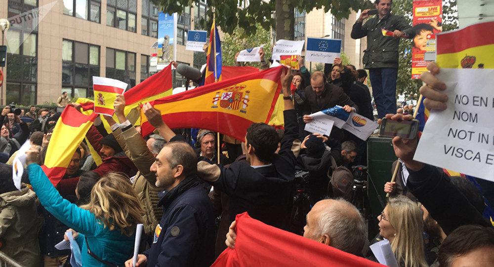 Catalogna, Puigdemont vuole candidarsi anche dall'estero (e consegnarsi in Belgio)