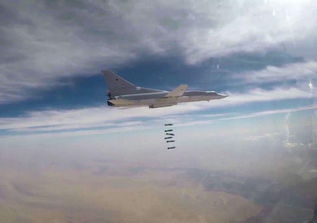 I bombardieri Тu-22М3 delle forze aerospaziali russe all'opera contro i terroristi nella provincia di Deir el-Zor, Siria