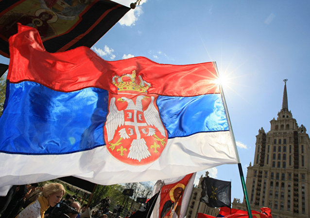 Le bandiere dell'UE e della Serbia