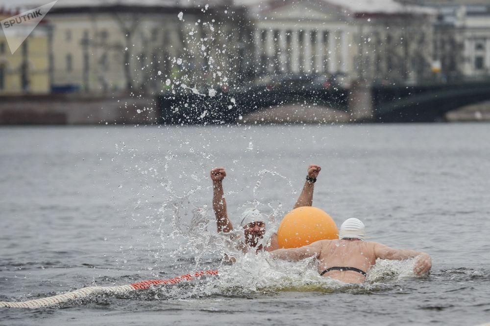 A San Pietroburgo si è aperta la stagione dei bagni... nell'acqua gelata.