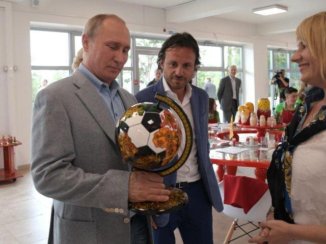 Un mappamondo a forma di pallone è stato regalato al presidente Vladimir Putin