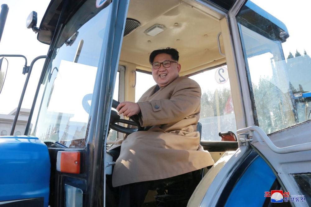 Il leader nordcoerano Kim Jong Un alla fabbrica di trattori in Corea del Nord.