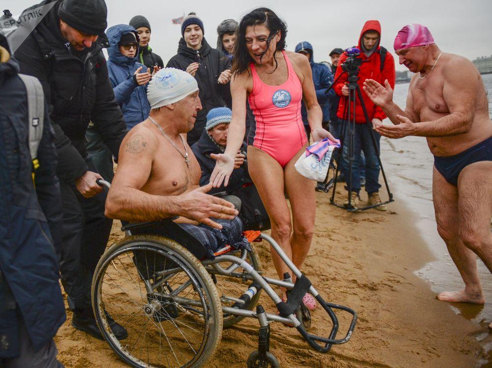 A San Pietroburgo, nella spiaggia di fronte alla fortezza di Pietro e Paolo, sull'isola delle Lepri si sono svolte le gare di nuoto invernale Ledostav, che hanno riunito più di 70 partecipanti da Russia, Bielorussia ed Estonia, che si sono dati battaglia sulle distanze si 25, 50, 100 e 200 metri.