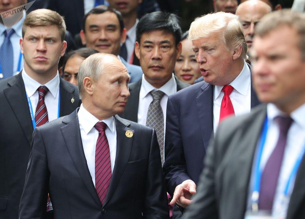 Il presidente russo Vladimir Putin e il presidente USA Donald Trump visti prima di farsi fotografare al vertice dell'APEC.