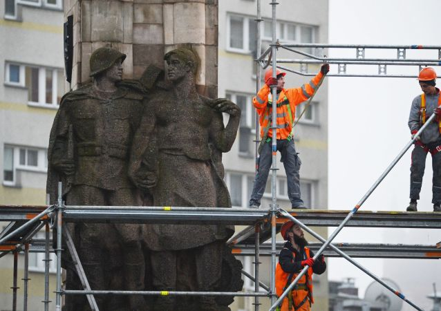 Demolizione monumento a soldati Armata Rossa a Varsavia