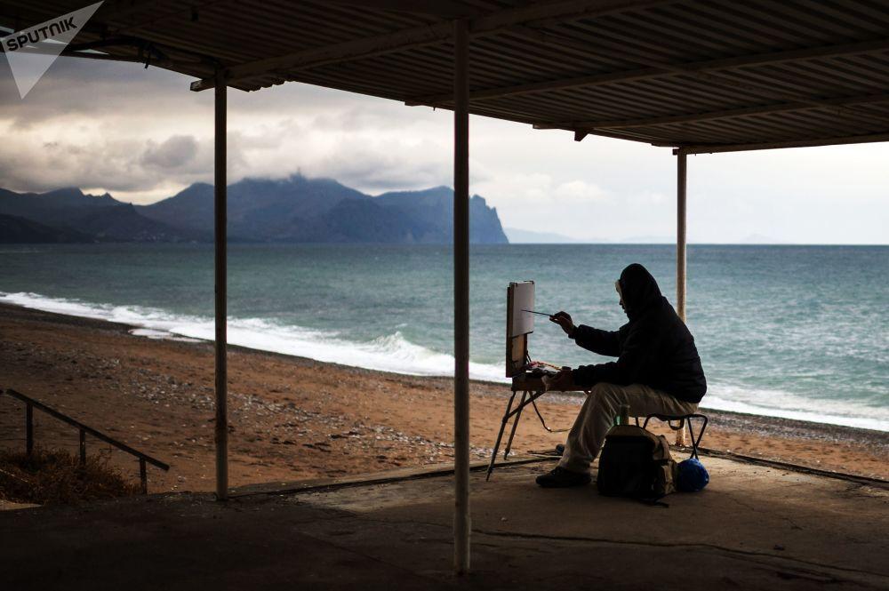 Un artista a una spiaggia di Sebastopoli, Crimea.
