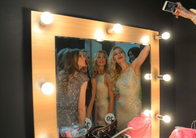 Partecipanti al concorso di bellezza Miss Mosca 2015 fanno un selfie