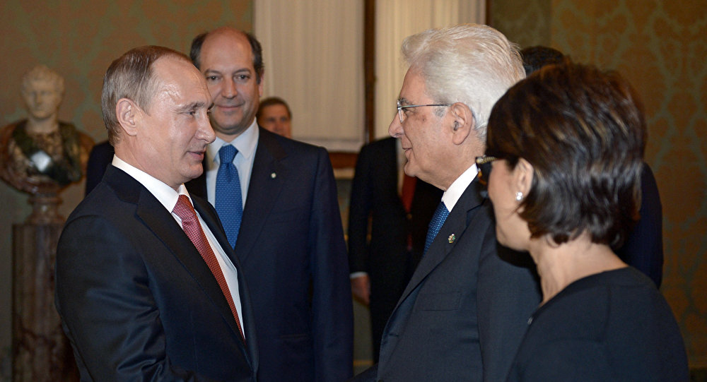Stretta di mano fra Putin e Mattarella