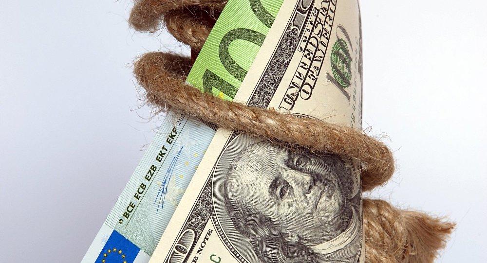 Soldi, banconote da 100 dollari e 100 euro