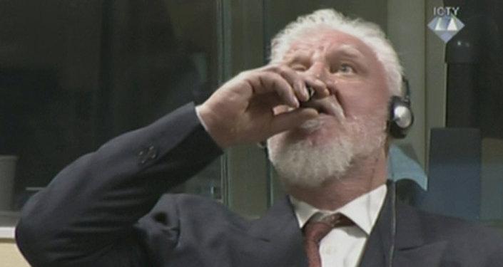 L'ex comandante bosniaco croato Slobodan Pralyak ingerisce del veleno dopo il verdetto della commissione di appello del Tribunale dell'Aia.