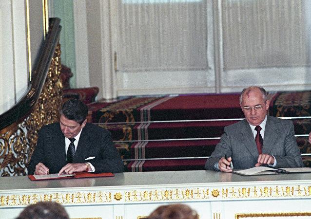 Reagan e Gorbachev firmano il trattato di non proliferazione