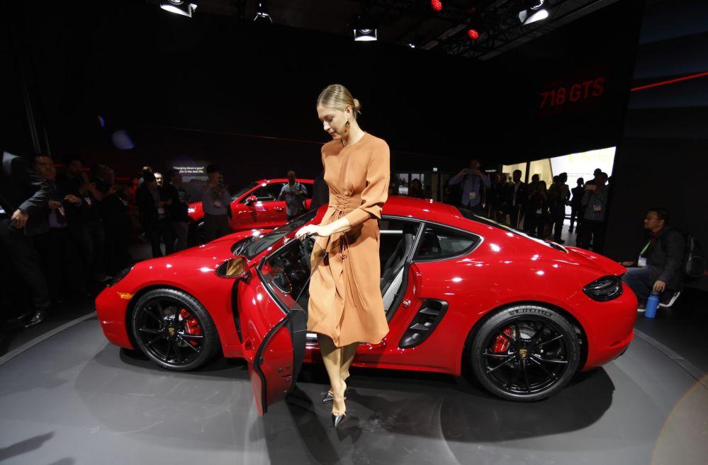 La tennista russa Maria Sharapova sta vicino alla Porsche 718 Cayman GTS allo Show Auto a Los Angeles, USA.