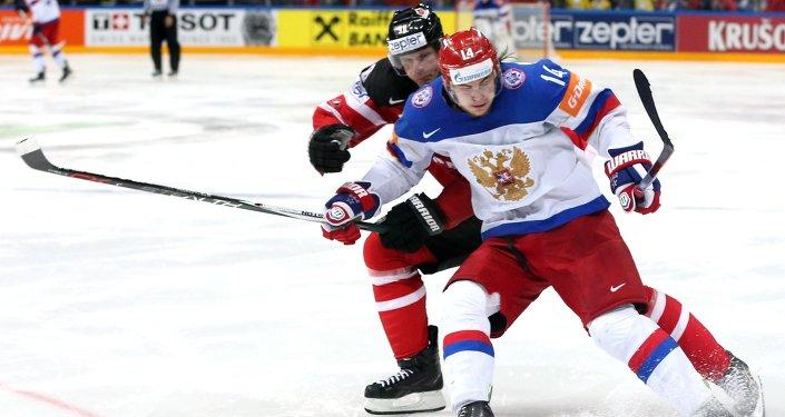 Un duello nella finale dei campionati mondiali di hockey 2015 tra Canada e Russia