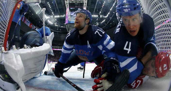 I giocatori finlandesi Komarov e Vaanen contrastano Alexander Radulov nei quarti di finale tra Russia e Finlandia a Sochi 2014.