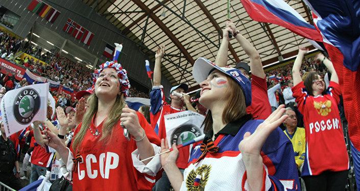 Tifose russe sugli spalti durante una partita di hockey della nazionale. A Pyeongchang potranno fare lo stesso?