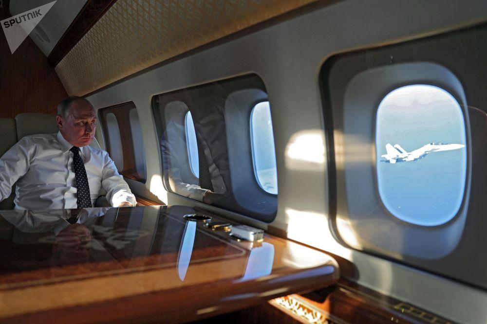 Il presidente russo Vladimir Putin a bordo dell'aereo presidenziale durante il volo alla base Hmeimim in Siria.