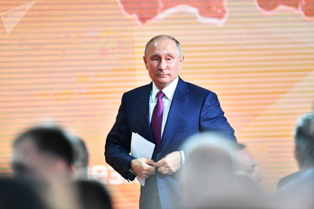 Il presidente russo Vladimir Putin dopo la grande conferenza stampa annuale.