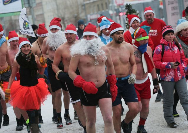 Buon Natale seminudo: Babbi Natale corrono nelle nevi di Novosibirsk.