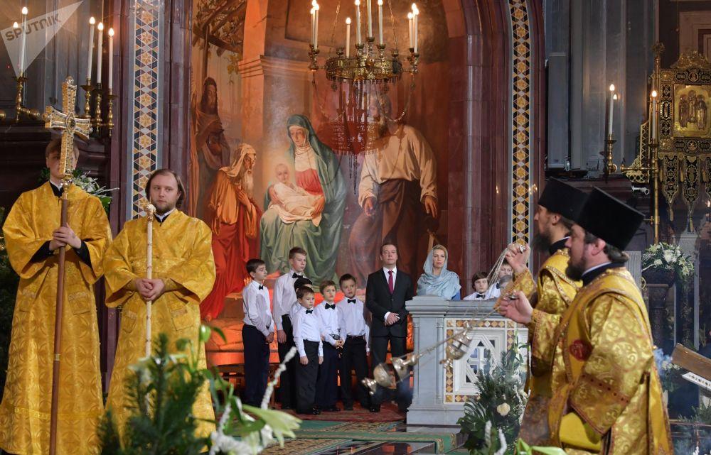 Dmitry Medvedev e sua moglie Svetlana hanno assistito alla Messa di Natale nella Cattedrale di Cristo Salvatore.