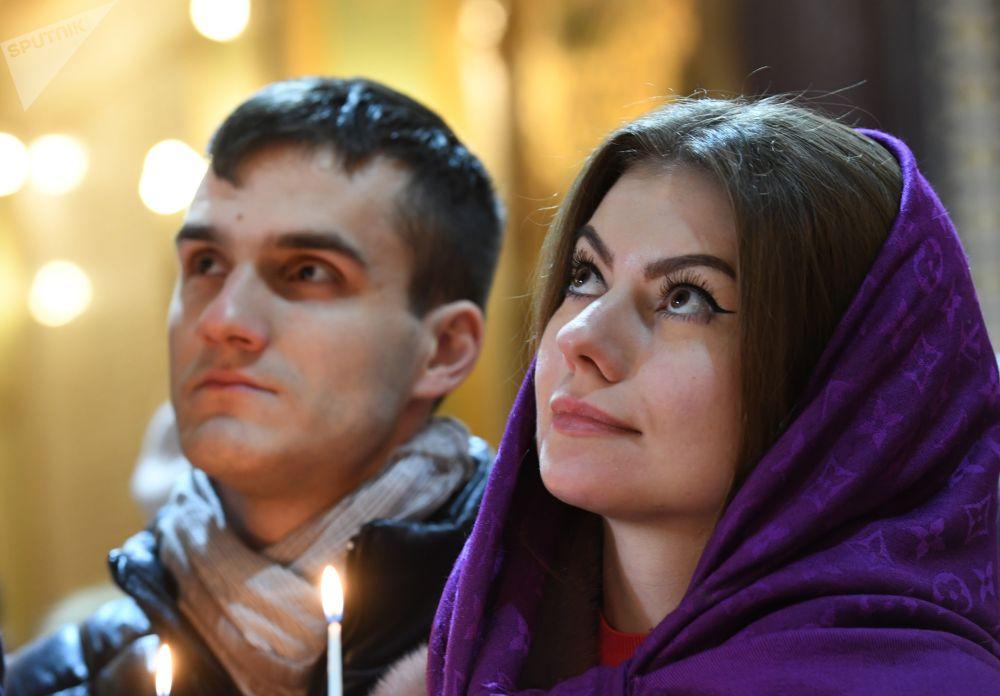 I fedeli nella Cattedrale di Cristo Salvatore a Mosca prima della Messa di Natale.