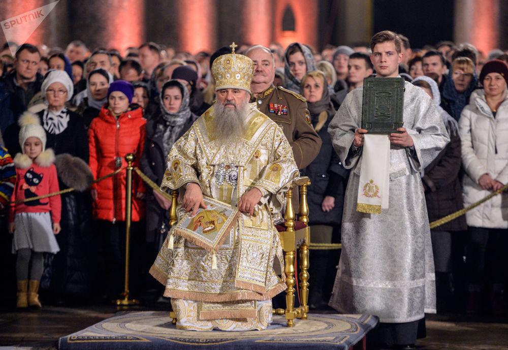 Il metropolita di San Pietroburgo e Ladoga Barsanufio conduce la Messa di Natale nella Cattedrale di Kazan a San Pietroburgo.
