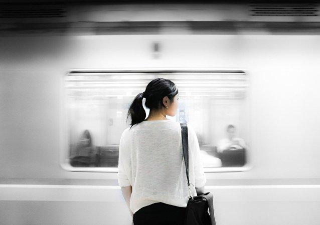 Una donna in metropolitana
